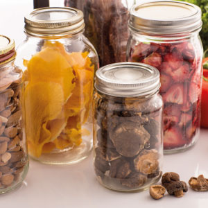 frascos con fruta deshidratada